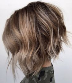 Choppy Inverted Bronde Bob Can't decide between blonde and brunette? Go for both with the bronde trend. Angled Bob Haircuts, Stacked Bob Hairstyles, Short Hairstyles For Thick Hair, Medium Bob Hairstyles, Short Haircuts, Wavy Hair, Line Bob Haircut, Lob Haircut, Straight Hair