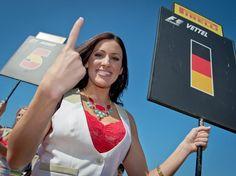 Das Gridgirl für Vettels Startplatz weiß was angesagt ist. (Foto: David Ebener/dpa)