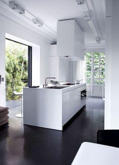 dunkler Boden, weiße Küche