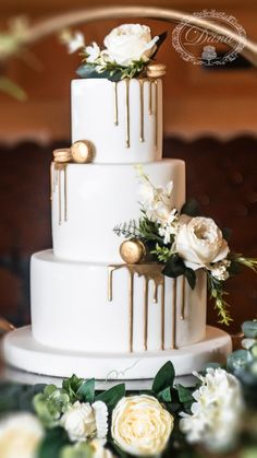 Cookie Table Wedding, Sweet Table Wedding, Pretty Wedding Cakes, Elegant Wedding Cakes, Wedding Cakes With Flowers, Wedding Cake Designs, Green Wedding Cakes, Wedding Cake Tables, Wedding Cake Gold