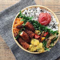 いいね!7,266件、コメント33件 ― tamiさん(@tami_73)のInstagramアカウント: 「✎ 梅と大葉のささみカツおべん。 ✎ じゃがいもは青海苔バター。 きゅうりと大根はパクチー醤油和え。 今日も雨〜〜☔︎☔︎ 芝生が育つわ〜〜…」 Bento Box Traditional, Kids Meals, Easy Meals, Asian Recipes, Healthy Recipes, Japanese Lunch Box, Plate Lunch, Bento Box Lunch, Food Goals