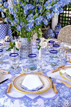 This tablecloth is my favorite blue and white. #table #blueandwhite #elegant