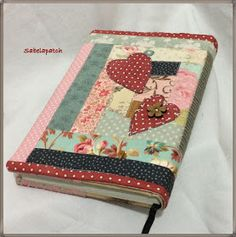 Sabela Patchwork: Cases and needles Scrap Fabric Projects, Book Projects, Fabric Scraps, Quilting Projects, Sewing Projects, Crazy Patchwork, Patchwork Bags, Notebook Covers, Journal Covers