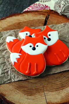 Simple little fox cookies are sugar cookies decorate with royal icing and are perfect for birthday parties, woodland themed events or just every day fun. (cookies for kids animal) Cookies For Kids, Fancy Cookies, Fox Cookies, Easter Cookies, Birthday Cookies, Cookies Et Biscuits, Yummy Cookies, Cute Cookies, Heart Cookies