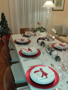Christmas table settings ideas that will make the grand spread look elegant > Detectview Christmas Dining Table, Christmas Table Settings, Christmas Tablescapes, Christmas Centerpieces, Happy Christmas Day, Magical Christmas, Christmas Home, Xmas Table Decorations, Decoration Table