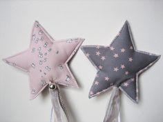 La baguette magique toute en douceur , dans des tons rose pastel et gris argenté ( tissus France Stalla Duval ) avec son harmonie de rubans , son g...