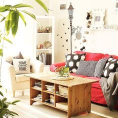 Tata ruang keluarga dari Pingkan R Aditya @moibelles . Penerapan sofa dengan warna menyolok membuat ruang tamu dominasi kelir putih terasa segar. . #tabloidrumah #livingroomdecor #ruangkeluarga #inspirasiruangkeluarga #dekorasiruangkeluarga #livingroomideas #livingroomstyle