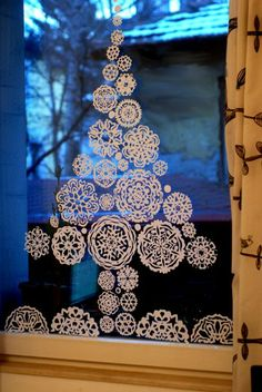 19 Ideas for diy crafts for christmas paper snowflakes Christmas Window Decorations, Wood Christmas Tree, Noel Christmas, Christmas Paper, Simple Christmas, Christmas Ornaments, Snow Flakes Diy, Paper Snowflakes, Snowflake Craft
