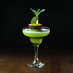 🎉 I'm celebrating with a sweet and tangy passionfruit + kiwi margarita, . Vodka Cocktails, Summer Cocktails, Cocktail Drinks, Cocktail Recipes, Alcoholic Drinks, Beverages, Passion Fruit Margarita, Margarita Tequila, Passionfruit Cocktail