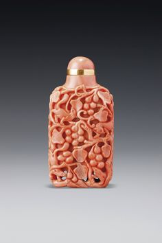 A CORAL 'SQUIRRELS AND GRAPEVINE' SNUFF BOTTLE QING DYNASTY, 18TH / 19TH CENTURY
