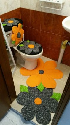 Look at this toilet rug! And awesome! Crochet Projects, Sewing Projects, Projects To Try, Diy Toilet Paper Holder, Paper Holders, Diy Y Manualidades, Bathroom Crafts, Soft Furnishings, Sewing Crafts