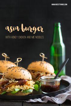 Ein Rezept für asiatische Burger mit Sojasaucen-Buns, Honig-Sesam-Hühnchen und Ramen-Nudeln