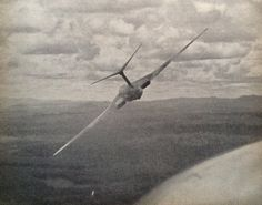 A Victor getting lairy. Photo taken from a chasing Hunter. Navy Aircraft, Aircraft Photos, Military Jets, Military Aircraft, Fighter Pilot, Fighter Jets, Vickers Valiant, Handley Page Victor, V Force