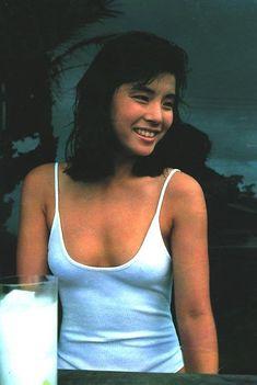 白色キャミソールを着ている石田ゆり子
