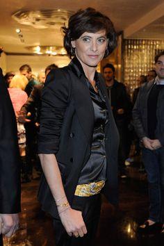Ines de la Fressange J'aime le foulard jaune en guise de ceinture