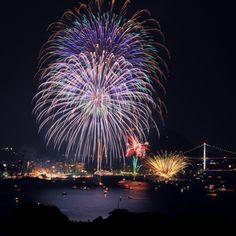中国地方の花火大会でも最大級の花火が夜空に花開きます。