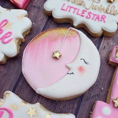 One of my faves and according to the video I posted, one of yalls too it's the details that make the cookie. ⭐️ #caceyscakery #sugarcookies #decoratedcookies #moon #twinkletwinkle #details #gold #sparkle