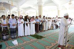 #اليمن | رئيس الوزراء يودي صلاة الجمعة مع جموع المواطنين في عدن _ صورة
