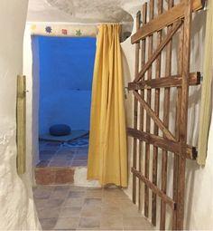 Entrada a la sala de meditación en la casa cueva La Luz