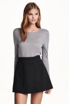Falda en ante sintético: Falda corta con ligero vuelo en ante sintético con tira trenzada en la cintura y cremallera lateral oculta. Forrada.