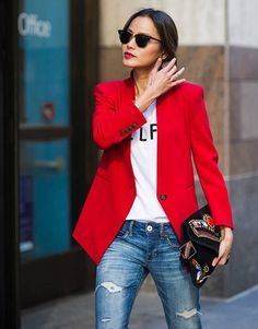 Look para o trabalho: blazer vermelho + camiseta + jeans