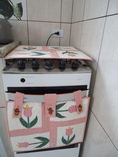 Capa para fogão e capa para esconder o forno em tecido 100% algodão estruturadas com manta acrilica e forro. Peças quiltadas. As alças contem tic-tac para prender a peça ao fogão e facilita a retirada. Capa para o fogão mede 50X50 cm Capa para o forno mede 45 X 45 cm ( sem a alça) O VALOR REFERE-...