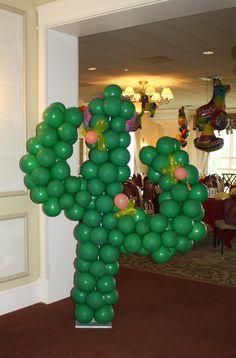 Decora tu fiesta mexicana con esculturas de cactus hecha con globos. #FiestaMexicana