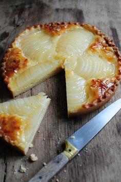 Hummm comme c'est bon, juste divin cette tarte, même en prenant des poires en conserves alors je n'ose imaginer lorsque l'on réalise les poires au sirop maison ! En plus elle a quand même une allure f