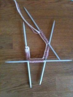 Lär dig sticka - Spiralsockor Stick O, Clothes Hanger, Loom, Bobby Pins, Knitting Patterns, Hair Accessories, Crochet, Hands, Advent Calendar