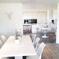 Hvem ønsker seg ikke et sånt stort flott kjøkken.. Hjemme hos @frk_rabben88 kan du nyte mange flotte bilder av modellen vår Siena Høyglans... Nydelig #jke #jkedesign #jkedesignas #siena #sienabyjke #sienahøyglansbyjke #white #kjøkken #kjøkken_inspo #kjøkkenøy #kitchen #kitcheninspiration #kitchendesign #kitchenisland #køkken #kkinteriør #kkliving #bobedre #boligdrøm #boligpluss #boligmagasinet #interiørmagasinet #nordic