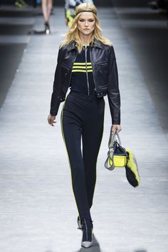 Versace Fall 2016 Ready-to-Wear Collection Photos - Vogue Fashion Week, Sport Fashion, Fashion Show, Sport Chic, Sport Girl, Oufits Casual, Casual Outfits, Julia Stegner, Winter Mode