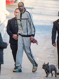 Snoop Dog – accompanied by his adorable French bulldog – added spexy flair to his sweat suit with sleek black rectangular glasses! Cute French Bulldog, French Bulldog Puppies, French Bulldogs, Dog Love, Puppy Love, Celebrity Dogs, Cute Bulldogs, Moda Casual, Snoop Dogg