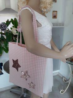 29207b4c91 Sac cabas en toile de coton vichy rose et blanc écru avec en application 3  étoiles en séquins or rose a porter a la main ou sur l'épaule