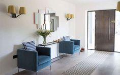 Hall d'entrée : 50 idées déco en image pour vous inspirer - Ctendance.fr Minimalist Decor, Mudroom, Inspirer, Divider, Furniture, Color Azul, Home Decor, Backpacking, House Ideas