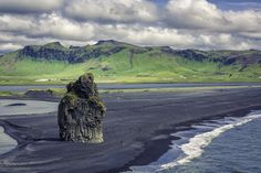 Gótica e de outro mundo: a Vik Beach, na Islândia. Imagem por marchello74 / Shutterstock
