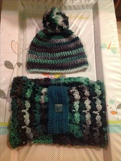 Chunky cowl and bobble hat set.