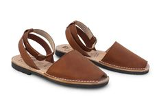 Our Ankle Strap MIBO Avarcas in Cuero is going to be a staple in your wardrobe. A timeless shade of brown chocolate goes well in any color. Wear it with your de