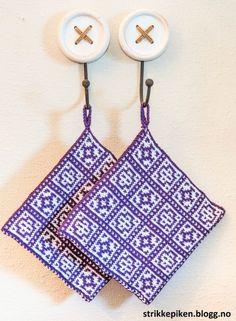 Det har gått mye i grytekluter for tiden, men veldig kjekt å strikke små ting som en kan eksperim... Chicken Scratch, Bakers Twine, Double Knitting, Popular Pins, Pot Holders, Crochet Projects, Ravelry, Knit Crochet, Knitting Patterns