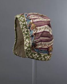 babymuts uit  Noord-Beveland 1775-1900 Babymuts vervaardigd uit zijde. De zijden stof lijkt te dateren uit het einde van de 18de- of het begin van de 19de eeuw. Misschien is het mutsje zelf pas later vervaardigd uit een restje mooie oude stof. Dit gebeurde vaak voor babykleding. #NoordBeveland #Zeeland
