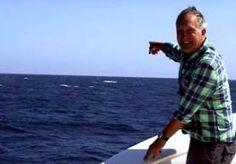 """20-Aug-2015 10:08 - WALVIS ZET BBC-PRESENTATOR TE KIJK. BBC-presentator en bioloog Mark Carwadine vertelt tijdens een opname hoe moeilijk het is om een blauwe vinvis te spotten en hoe frustrerend het is om de hele dag op de uitkijk te staan zonder er een te zien. Hij was nog niet uitgesproken en ja hoor, achter hem dook er eentje op. """"Toch een stuk makkelijker dan ik dacht"""", zegt Carwardine."""