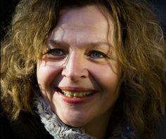 Edith Schippers 25-08-1964  Nederlandse politica voor de Volkspartij voor Vrijheid en Democratie (VVD). Sinds 2010 is zij minister van Volksgezondheid, Welzijn en Sport, met de beteugeling van de zorgkosten als grootste uitdaging.  Schippers is getrouwd en heeft een dochter. Ze woont met haar gezin in Baarn.   https://youtu.be/oKxCxMJNCLc