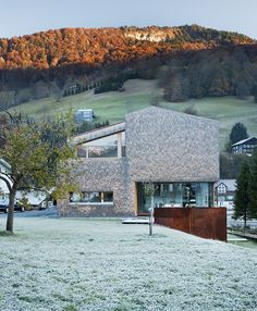 Haller Jürgen together with Peter Plattner designed the House Haller in Mellau, Austria. The entire design of this compact house conforms to the location a Arch House, Facade House, House Facades, Modern Rustic Homes, Modern Country, Modern Farmhouse, Laurel Hill, Genius Loci, Living In Europe