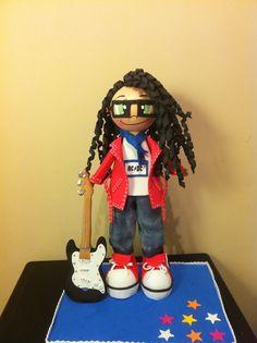 Muñeca  personalizada, todo echo de gomaeva la guitarra tambien