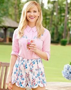 Reese Witherspoon wearing Draper James Dunaway Vines Scallop Short in Pink Dunaway Vines, Draper James Embroidered Gingham Button Down in Pink Gingham and Draper James Watermelon Tumbler Set with Pitcher Southern Outfits, Preppy Outfits, Classy Outfits, Summer Outfits, Cute Outfits, Southern Fashion, Summer Clothes, Fall Outfits, Celebrity Outfits
