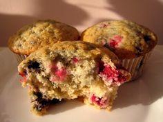 A abychom to meli kompletni, tady jsou jahodovy muffiny cislo Mela jsem doma nejakou mrazenou lesni smes a tenhle recept mi prisel jako t. Vegan Treats, Vegan Desserts, Vegan Gluten Free, Food Inspiration, Strawberry, Baking, Breakfast, Sweet, Recipes