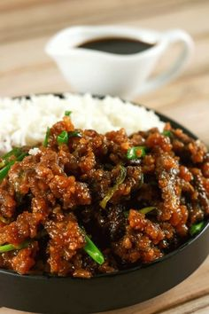 Easy Crispy Mongolian Beef - This Mongolian Beef recipe is super easy to make and uses simple, readily available ingredients! Whip this up in under 20 minutes and have the perfect mid-week dinner meal (Beef Recipes) Boeuf Mongol, Mongolian Beef Recipes, Authentic Mongolian Beef Recipe, Mongolian Lamb Recipe, Easy Mongolian Beef, Cooking Recipes, Healthy Recipes, Asian Food Recipes, Healthy Nutrition
