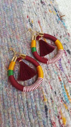 Zarcilos Largos hechos con piezas en chapado de oro y cordon forrado con borla pequeña. Fucsia, naranja y mostaza