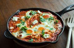 Im Nahen Osten ist das ein Frühstück, und es gibt unzählige Variationen des Grundrezepts. Man kann neben Feta, z.B. Auberginen, Spinat oder Rinder-Hack dazugeben, oder eine Lammbratwurst, das wäre ...