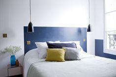A défaut de tête de lit, un rectangle bleu intense délimite la zone / Headboard
