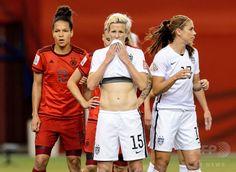 女子サッカーW杯カナダ大会・準決勝、米国対ドイツ。ユニホームで口もとを覆う米国のミーガン・ラピノー(2015年6月30日撮影)。(c)AFP/Getty Images/Minas Panagiotakis ▼1Jul2015AFP|米国が決勝進出!世界ランク1位のドイツを破る 女子サッカーW杯 http://www.afpbb.com/articles/-/3053226 #2015_FIFA_Womens_World_Cup #Semifinal_United_States_vs_Germany